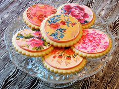 Aren't these the prettiest cookies ever? I need to check this place out since it's in my hometown!!