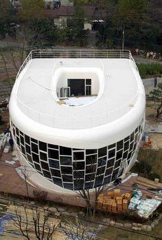 CASA INODORO (Corea del Sur) Esta curiosa vivienda ha sido creada por Sim Jae-Duck y Sim. Su estructura esta hecha de un hormigón blanco, acero y cristal, tiene forma de inodoro. En el interior tiene 4 cuartos de baño de lujo, con lo último en sanitarios y accesorios para baños. La casa se llama Haewoojae, que en coreano significa 'Un lugar de refugio donde se puede resolver su preocupación'.