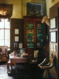 Designer: Gwynn GriffithFotógrafo: William WaldronFonte: Elle Decor September 2011  One of my favorite all time rooms.  Full of the most interesting stuff I've ever seen.  Love the paint treatments ever on the cabinet.