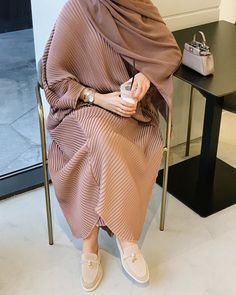 Your scarf is the most important bit from the attire of ladies with hijab. Modest Fashion Hijab, Modern Hijab Fashion, Hijab Fashion Inspiration, Abaya Fashion, Muslim Fashion, Mode Inspiration, Look Fashion, Hijab Chic, Hijab Mode