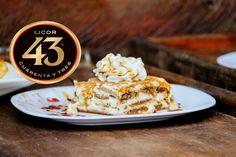 Ben je gek op Licor 43 en Tiramisu? Dan wordt het hoogtijd om je liefde voor deze twee heerlijkheden te combineren tot dit heerlijke toetje! Köstliche Desserts, Dessert Recipes, Tiramisu, Sweet Bakery, Trifle, Healthy Drinks, Love Food, Sweet Recipes, Tapas