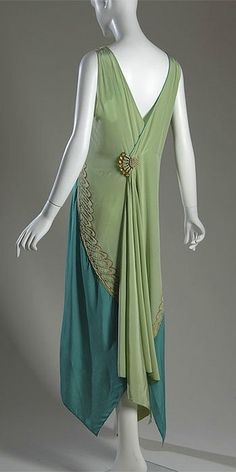 Callot Soeurs Evening gown, c. 1928 Silk charmeuse, pearl, metallic thread (back) I was definitely born in the wrong era for clothes. Vestidos Vintage, Vintage Gowns, Vintage Mode, Vintage Outfits, Vintage Clothing, Victorian Dresses, 20s Fashion, Art Deco Fashion, Fashion History