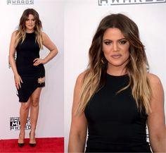 Às vezes eu vejo uma celebridade que eu gosto muito, com um look que eu gosto pouco e fico pensando em mil possibilidade de looks que eu poderia ter escolhido pra ela, sim, #alocka, eu sei. Daíeu vejo Khloe Kardashian com esse littlezinho black dress e tenho vontade de puxar Koko pelo braço e escolher …