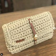 No photo description available. Crochet Clutch, Crochet Handbags, Crochet Purses, Crochet Crafts, Crochet Projects, Knit Crochet, Basic Crochet Stitches, Crochet Patterns, Paper Bead Jewelry
