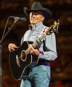 George Strait Photos - George Strait performs at the Staples Center on February 2014 in Los Angeles, California. - George Strait Performs At The Staples Center Male Country Singers, Country Musicians, Country Music Artists, Country Men, Outlaw Country, Country Girls, Joyce Taylor, George Strait Family, Cool Countries