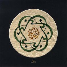 """Hat Eserleri / Celî Dîvânî / Seyit Ahmet Depeler / Levha - Güzel Söz """"Men münne min münnin, münne min Mennan(in). (Kim bir nimetle nimetlenmiş (nimetlendirilmiş) ise, (o aslında) Mennan (her şey ve herkese nimet vermek suretiyle minnet altında bırakan Allah) katından nimetlendirilmiştir.)"""""""