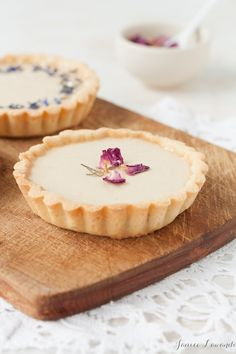 These little Earl Grey panna cotta tarts are made with a sweet almond crust and decorated with dried rose petals and dried cornflowers, served with honeycomb. The Earl Grey panna cotta is infused with loose-leaf Earl Grey tea for a gorgeous simple dessert Desserts Panna Cotta, Easy Desserts, Dessert Recipes, Tea Party Desserts, Spring Desserts, Gourmet Desserts, Gourmet Foods, Lemon Desserts, Candy Recipes