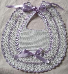 Oggi voglio farvi veder il mio ultimo lavoro un pensierino per un'amica a cui è nata una bimba. Premetto che non ho schemi perchè mi sono... Crochet Baby Bibs, Crochet Baby Blanket Free Pattern, Poncho Knitting Patterns, Crochet Baby Clothes, Crochet For Kids, Crochet Organizer, Crochet Faces, Christmas Crochet Patterns, Crochet Designs