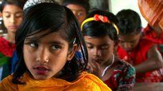 Bangladesh é um dos países mais densamente povoado do mundo e muitas pessoas vivem com menos de dois dólares por dia. Devido às inundações causadas pelas monções, as taxas de abandono das escolas primárias são quase metade, embora as taxas de matrícula sejam superiores a 90%. Uma ONG está levando a escola aos seus alunos na forma de barcos tradicionais, como a Nasiarkandi Trimohona Boat School, em Natore.