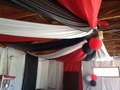 Half the garage ceiling and plastic tablecovering on walls, too wall decor wall Party Ceiling Decorations, Party Centerpieces, Graduation Party Planning, Graduation Decorations, Graduation Ideas, Graduation Celebration, Party Hacks, Party Ideas, Graduation Open Houses