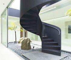 Prepárense para esta idea de escalera interior muy impresionante. Esta casa tiene un patio acristalado en el centro, que también tiene una...