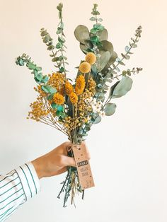 Dry flowers bouquet Julie with gift tags and personalization Dried Flower Bouquet, Dried Flowers, Wedding Bouquets, Wedding Flowers, Diy Wall Decor, Diy Projects To Try, Natural Materials, Flower Power, Gift Tags