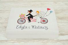 Ręcznie malowane pudełeczko na obrączki z motywem tandemu na wieczku. Możliwość wykonania do kompletu księgi gości, pudełka na koperty czy wieszaków z personalizacją :)  Zapraszamy do internetowego sklepu ślubnego Madame Allure! Wedding Ring Box, Wedding Inspiration, Ring Boxes, Gifts, Presents, Favors, Gift