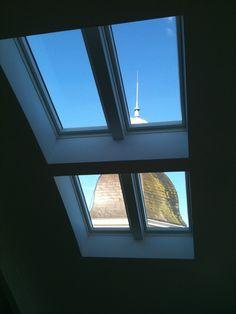 Blick von innen auf Kirchturm. Dachflächenfenster eingebaut von der AB-Profil Dachdeckerei & Mehr GmbH in Bad Oeynhausen (32547) | Dachdecker.com
