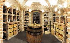 Jedes einzelne Weinregal in diesem klassischen Weinkeller ist gemauert.