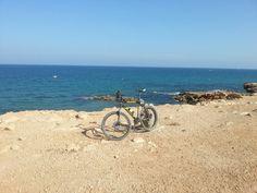 De ruta al lado del mar