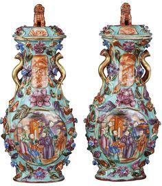 Paire de vases à décor moulé peints dans les émaux de la famille rose en porcelaine de Chine de la Compagnie des Indes d'époque Qianlong Paire de vases à décor moulé et peint de scènes de mandarins dans les émaux de la famille de rose, avec des scènes de palais