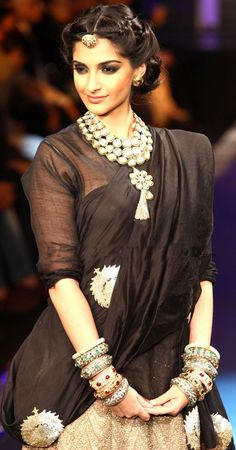 Bollywood actress Sonam Kapoor showcases jewellery creations by designer group PC Jewellers during the grand finale of the third season of India International Jewellery Week (IIJW)in Mumbai. Indian Attire, Indian Wear, Indian Style, Indian Ethnic, Indian Dresses, Indian Outfits, Indian Bridal Hairstyles, Saree Hairstyles, Sonam Kapoor Hairstyles