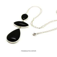 Colar comprido em prata 960 e ônix naturais.  Dimensões: Colar com corrente de 72cm. Pingente de 2,8cm x 7cm.  Acesse: http://franbagatini.com.br/produto/colar-comprido-em-prata-960-onix-naturais