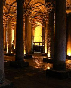 Die Cisterna Basilika ist eine spätantike Zisterne und befindet sich in unmittelbarer Nähe zur Hagia Sophia. Sie wurde ursprünglich als Wasserspeicher für den Großen Palast angelegt. Das Wasser dazu wurde aus dem Hochland von Istanbul über Viadukte in die Stadt transportiert. Istanbul Sehenswürdigkeiten Highlights und Tipps für einen Tag am Blog. Auf unserem YouTube Kanal gibts auch ein Video. Folgt uns fur weitere Eindrucke auf @gindeslebensblog The Cisterna Basilica is a late antique… Youtube Kanal, Hagia Sophia, Gin, Istanbul, Highlights, Blog, Instagram, Water Storage, City