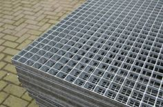 Looproosters / vloerroosters, zodat men de voeten kan vegen voordat ze het gebouw in komen.