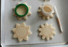 Sugarbelle decorated these beautiful Sunflower Cookies using FooDoodler fine line markers! Mother's Day Cookies, Leaf Cookies, Cut Out Cookies, Sugar Cookies, Piping Icing, Cake Icing, Sunflower Cookies, Flood Icing, Royal Icing Sugar