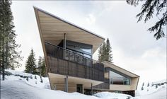 Whistler House is the last project completed by Vancouver-based Battersby Howat Architects. Located on a hillside in New Westminster, Canada. Vertical Siding, Local Architects, Unusual Homes, Amazing Buildings, Mountain Homes, Space Architecture, Facade House, Whistler, Modern Family