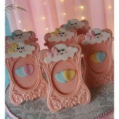 Fofurice do fim de semana!! ❤❤❤Mariah completou 1 aninho, tudo no tema #chuvadeamor . . . Na foto, porta retrato de chocolate ❤ #cake #bolo #portaretratodechocolate #1aninho #menina #aniversariodemenina #encontrandoideias #patisserie #dessert #bakery #ideiasparameninas #chocolate #docedelicado #festachuvadeamor #festa #party #cute