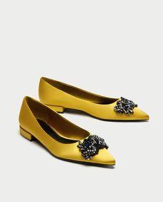 EUR Flacher Schuh in Senfgelb, aus Satin, Schmuck steine am Spann. Pretty Shoes, Beautiful Shoes, Cute Shoes, Me Too Shoes, Shoe Boots, Shoes Sandals, Shoes 2018, Ballerina Shoes, Dream Shoes