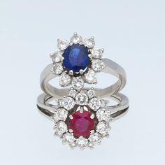 Ein wunderschönes Paar! Heute am Expertentag für die nächste Schmuck-Auktion entgegengenommen.  Zwei Ringe aus Weissgold, besetzt mit Brillanten, einem Saphir und einem Rubin.