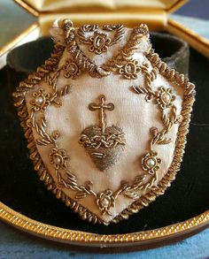 Antieke Franse geborduurd satijnen heilig hart door PinyolBoiVintage