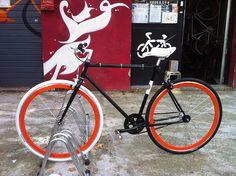 bici #scattofisso nera con ruote arancio