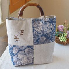 Love this linen bag! Patchwork Bags, Quilted Bag, Japanese Bag, Diy Tote Bag, Embroidery Bags, Diy Handbag, Jute Bags, Linen Bag, Diy Sewing Projects