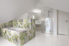 salle de bain exotique avec le carrelage JUNGLE floral de chez ORNAMENTA au show-room David B à Paris