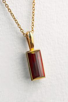Ein 4ct Rubin, gefasst in einem 18K Gelbgold Anhänger. Der Rubin wurde aus Haaren oder Asche hergestellt. Mevisto bringt die Elemente aus Asche oder Haaren in die Kristallstruktur ein. Daraus wird der persönlichste Edelstein der Welt! #personalisiert #rubin #haare #asche #edelsteinbestattung #bestattung #einzigartig #gemeinsam #mevisto Arrow Necklace, Pendant, Collection, Jewelry, Fashion, Sapphire, Ash, Unique, Gems