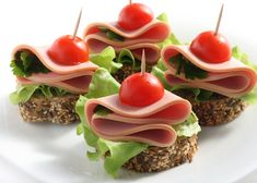 Super snacks for party finger food canapes Ideas New Year's Snacks, Snacks Für Party, Parties Food, Party Food Platters, Food Dishes, Party Sandwiches, Party Finger Foods, Appetisers, Food Presentation