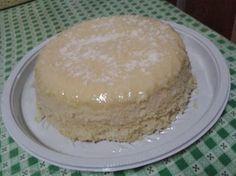 Massa:  - 2 ovos  - 1/2 xícara de leite de coco  - 1/2 xícara de leite comum  - 1 e 1/2 xícara de açúcar  - 1 colher de sopa de margarina  - 1/3 de xícara de óleo  - 1 xícara de farinha de trigo  - 1/2 xícara de maizena  - 1/2 xícara de coco ralado puro (sem açúcar)  - 1 colher de sopa de fermento em pó  - Cobertura:  - 1/2 lata de leite condensado  - 100ml de leite de coco