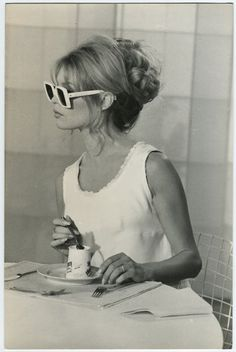 Bridgitte Bardot - Love the sunglasses!