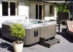 La Maison De La Pose - Jacuzzi® Lons Le Saunier - Spa Jacuzzi® gamme J-300™ posé sur une terrasse.