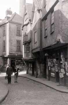22 Black and White Vintage Photos Captured Street Scenes of Bristol in 1958