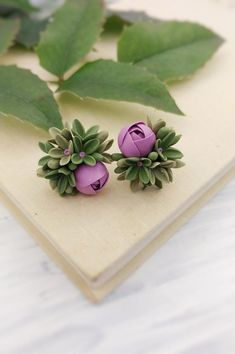 Studs with purple ranunculus and green flowers. Polymer Clay Flowers, Polymer Clay Earrings, Polymer Clay Projects, Diy Clay, Casual Mode, Tiny Flowers, Green Flowers, Cute Clay, Cold Porcelain