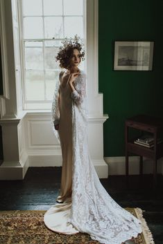 Auburn forests, cappuccino roses, dramatic headpiece and raw emotions. This enchanting Irish autumnal wedding inspiration from Petal&Twine and photographer Pawel Bebenca is sure to melt your heart. Bridal Cape, Bridal Crown, Irish Wedding, Autumn Wedding, Wedding Designs, Wedding Styles, White Cape, Vogue Wedding, Boho Bride