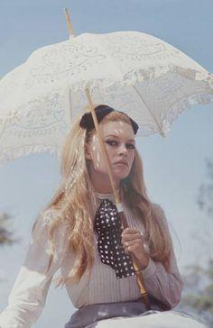 Brigitte Bardot with a parasol ♥