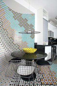 A ideia dos moradores era simples: trazer um pedacinho do Marrocos para dentro do apartamento no Leblon, Rio de Janeiro. Para isso, Paula Neder e Alexandre Monteiro aproveitaram a curva da cozinha para criar um mosaico de vidro com cores variadas
