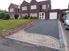 Birmingham based Oakleaf Driveways Limited have over 50 years experience and are specialist installers of black tarmac drives and driveways. Front Garden Ideas Driveway, Driveway Edging, Resin Driveway, Asphalt Driveway, Gravel Driveway, Driveway Landscaping, Driveway Materials, Tarmac Driveways, Outdoor Patio Designs