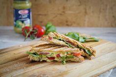 Ein Sandwich-Toast ist ein leckerer Start in den Tag. Dieser Toast Caprese mit M… A sandwich toast is a tasty start to the day. This toast caprese with mozzarella and tomatoes is refined with pesto and rocket. Chicken Sandwich Recipes, Veggie Sandwich, Veggie Pizza, Veggie Recipes, Seafood Recipes, Snack Recipes, Mozzarella, Sandwiches, Spicy Tomato Sauce