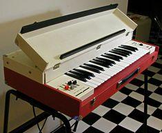 東欧からまたまた素敵なオルガンがやってきました。旧チェコスロバキア製、赤白ボディのキュートなコンボオルガンDeliciaMiniです。3オクターブ37鍵、... Electric Piano, Electric Guitars, Vintage Keys, Vintage Music, Music Keyboard, Key Photo, Music Store, Bass Guitars, Vintage Guitars