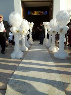 White Wedding Columns with smaller balloons stuffed inside the column toppers Balloon Display, Balloon Backdrop, Balloon Ideas, Balloon Topiary, Balloon Pillars, Wedding Ballons, Wedding Balloon Decorations, Small Balloons, White Balloons