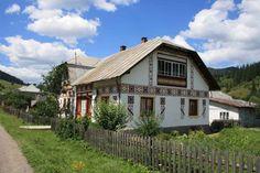 """Ciocăneşti / Localitatea e alt sat de poveste. Îl găseşti pe valea Bistriţei, pe drumul ce leagă Moldova de Maramureş, nu departe de Vatra Dornei. Pe pancarta de la intrare o să citeşti """"sat muzeu"""", pentru că e unul dintre puţinele sate româneşti care a reuşit, în ciuda trecerii timpului, să-şi păstreze armonia arhitecturală într-o lume obsedată de termopane, artificii pompoase, finisaje moderne şi grilaje de inox. Numele îi vine de pe vremurile când sătenii făureau arme şi armuri pentru…"""