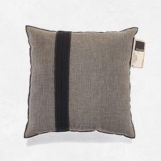 #byTzum for an easy lifestyle! Kussen met aan de voorzijde een stoere nonchalante transparante linnen stof op een dichte matte uni structuurstof. 50x50 cm voor €34,95